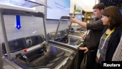 2015年1月6日,消費者在拉斯維加斯的國際消費電器用品展覽中在三星洗衣機前駐足。