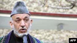 Tổng thống Afghanistan Hamid Karzai phát biểu với các phóng viên sau khi đến thăm các nạn nhân bệnh viện ở Kabul