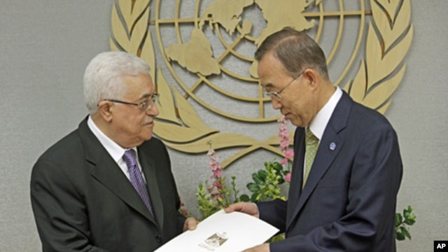 Palestinian President Mahmoud Abbas (l) gives a letter requesting recognition of Palestine as a state to UN Secretary-General Ban Ki-moon, Sept. 23, 2011.