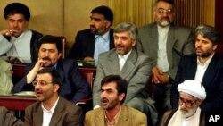 "Beberapa anggota parlemen garis keras Iran meneriakkan slogan ""Kematian bagi Amerika"" dalam pemungutan suara hari Minggu (21/6)."