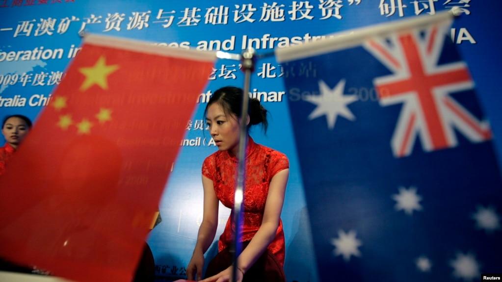 在一次研讨会上摆放的澳大利亚和中国国旗 (资料照)(photo:VOA)