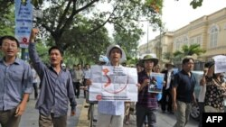 Biểu tình chống phản đối hành động hung hăng của Trung Quốc ở Biển Đông gần Ðại sứ quán Trung Quốc tại Hà Nội, ngày 10/7/2011