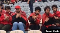 عکس این دختران در هیبت مردانه در حاشیه بازی آخر لیگ برتر ایران خبر ساز شد.