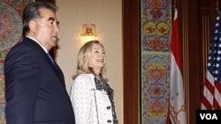 Presiden Tajikistan Emomali Rakhmon menyambut Menlu AS Hillary Clinton di ibukota Dushanbe (22/10).