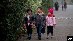 Des enfants migrants se rendent à l'école en Hollande le 8 octobre 2015.