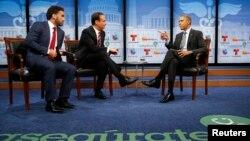 Barack Obama dialoga durante el foro sobre salud con periodistas de Telemundo y Univisión.