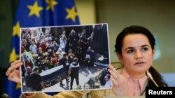 Liderka beloruske opozicije Svetlana Tihanovskaja pokazuje fotografiju sa protesta tokom razgovora sa ministrima EU u Briselu, 21. septembra 2020.