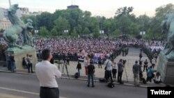Protest pristalica Dveri i SNS ispred Skupštine Srbije (izvor: Tviter profil lidera Dveri Boška Obradovića)
