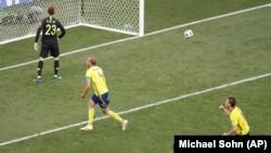 Andreas Granqvist wa Sweden, kati, akisheherekea goli la penalty aliloshinda dhidi ya lango la Korea Kusini