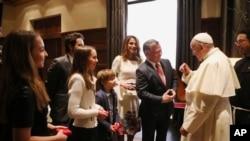 عمان کے شاہی محل میں اردن کے شاہ عبداللہ، ان کی ہلیہ رانیہ چاروں بچے پوپ سے گفتگو کر رہے ہیں۔