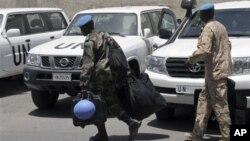 Para anggota pemantau PBB terlihat membawa koper mereka di luar hotel Dama Rose di Damaskus, Suriah (17/6). Pemantau PBB menghentikan patroli mereka di Suriah seiring meningkatnya kekerasan di negara itu.