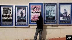 ផ្ទាំងប្រកាសអំពីភាពយន្ត«The Interview»ត្រូវបានបុគ្គលិកបកចេញពីផ្ទាំងផ្សព្វផ្សាយនៅរោងកុន Carmike Cinemas កាលពីថ្ងៃពុធ ទី១៧ ខែធ្នូ ឆ្នាំ២០១៤ នៅរដ្ឋ Atlanta។