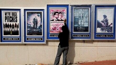 在亚特兰大市的一所电影院,工作人员正在更换被取消上映的电影《采访》的海报