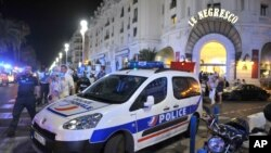Mobil polisi diparkir dekat lokasi tempat serangan oleh truk di Nice, Perancis Selatan (15/7). (AP/Christian Alminana)