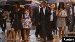 U.S. President Barack Obama tours Old Havana with his family at the start of a three-day visit to Cuba, in Havana, March 20, 2016.