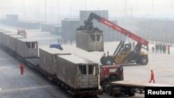 2019年1月14日,工人在北京大红门火车站的火车上卸下集装箱。