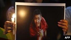 Người Tây Tạng lưu vong xuống đường biểu tình ở Bangalore, Ấn Ðộ với hình ảnh những tu sĩ Tây Tạng đã tự thiêu để phản đối Trung Quốc, ngày 14/2/2012
