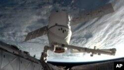 Dragon, kapal kargo antariksa milik swasta, kembali ke Bumi setelah menyelesaikan misinya di Stasiun Antariksa Internasional (foto: dok).