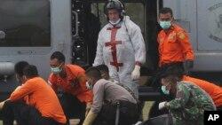 Para anggota tim SAR mengangkut korban pesawat AirAsia di Pangkalan Bun, Kalteng (4/1).