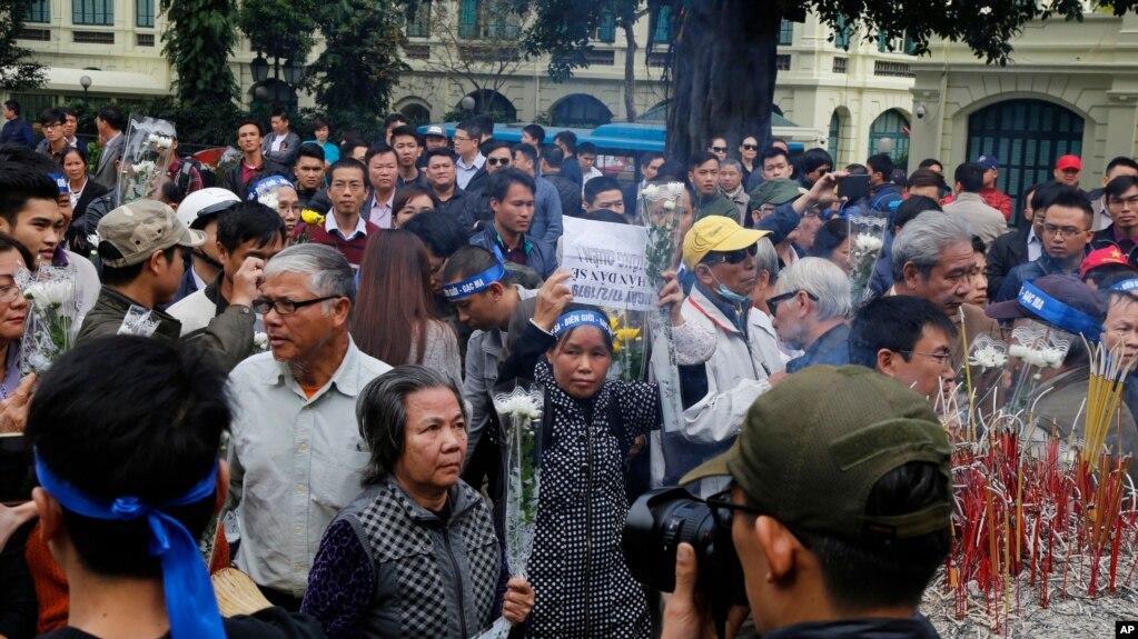 Hàng chục người tụ tập trước tượng đài vua Lý Thái Tổ ở Hà Nội để tưởng niệm cuộc chiến tranh biên giới với Trung Quốc 38 năm trước, ngày 17 tháng 2, 2017.
