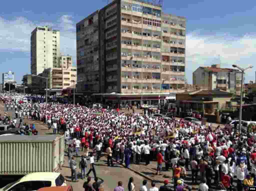 Manifestação em Maputo, capital de Moçambique a favor da paz e contra os raptos, 31 de Outubro, 2013.