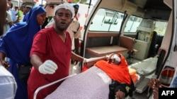 Une femme blessée lors d'une attaque à la voiture piégée à Mogadiscio, le 28 décembre 2019.