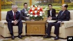 김영남 북한 최고인민회의 상임위원장과 블라디미르 콜로콜체프 러시아 내무부 장관이 2일 평양 만수대 의사당에서 만나 회담하고 있다.
