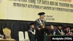 Mantan PM Malaysia DR Mahathir Mohamad berikan orasi ilmiah di Balai Kartini Jakarta Senin (25/7) tentang bahaya korupsi (VOA / Andylala).