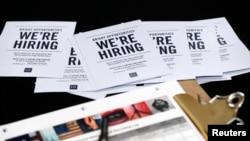 Des brochures affichant des offres d'emploi chez 'Gap Factory Store' sont distribuées lors d'une foire au Dolphin Mall à Miami, le mardi 6 octobre 2015.