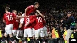 Các cầu thủ Manchester United mừng bàn thắng ghi vào lưới Chelsea trong trận tứ kết Champions League trên sân Old Trafford, Manchester, Anh, ngày 12 tháng 4, 2011.