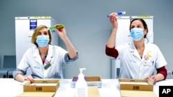 Arhiva - Zdravstvene radnice proveravaju doze vakcine protiv Kovida 19 proizvođača Fajzer-BajoNTek, u bolnici u Leuvenu, Belgija, 27. decembrae 2020.