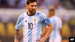 Lionel Messi y otros integranes de la selección argentina de fútbol fueron acusados en Israel de ceder ante el terrorismo.