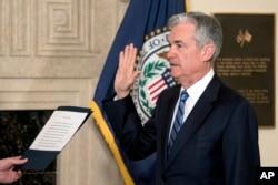 제롬 파월 신임 연준 의장이 5일 워싱턴에서 취임 선서를 하고 있다.