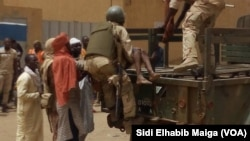 Les militaires maliens transportent une victime de l'attaque dans la région de Gao, dans le centre-nord du Mali, 1er juillet 2018. (VOA/ Sidi Elhabib Maiga)