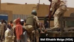 Des militaires maliens sur les lieux d'une attaque dans la région de Gao, au Mali, le 1er juillet 2018. (VOA/ Sidi Elhabib Maiga)