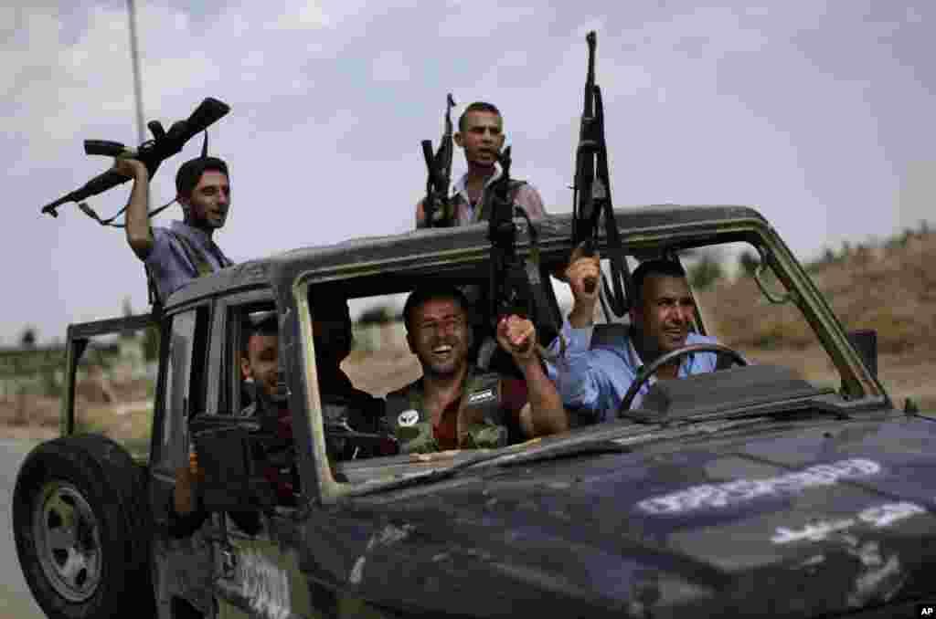 Beberapa tentara pemberontak Suriah berangkat menuju Aleppo, untuk memerangi pasukan pemerintah Suriah (10/9).