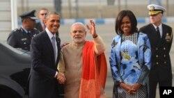 Tổng thống Mỹ Barack Obama được Thủ tướng Ấn Độ Narendra Modi đón tiếp tại Căn cứ Không quân Palam ở New Delhi, ngày 25/1/2015.