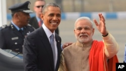U.S. President Barack Obama, left, shakes hand with Indian Prime Minister Narendra Modi upon arrival at the Palam Air Force Station in New Delhi,Jan. 25, 2015.