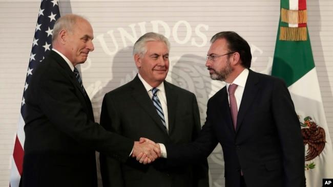 Secretario de Seguridad Nacional, John Kelly, izq, saluda al secretario de Relaciones Exteriores de México, Luis Videgaray, luego de ofrecer una conferencia conjunta en México. Al centro aparece el secretario de Estado, Rex Tillerson.