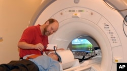 بیتھسڈا، میری لینڈ کے ایک ہسپتال میں مریض کا ایم آر آئی کیا جا رہا ہے۔ فائل فوٹو