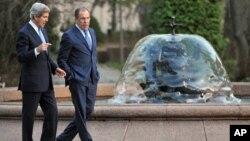 Ngoại trưởng Hoa Kỳ John Kerry (trái) và Ngoại trưởng Nga Sergey Lavrov trước cuộc hội đàm ở Moscow, Nga, 7/5/13