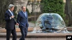 克里和拉夫罗夫在会谈前在俄罗斯外交部官邸花园散步