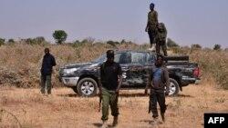 Les forces de sécurité nigérianes sont vues sur le site d'une attaque de sabotage qui aurait été perpétrée par Boko Haram contre des infrastructures électriques à la périphérie de Maiduguri le 12 février 2021.