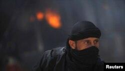 Chiến binh thuộc nhóm nổi dậy Hồi giáo al-Nusra Jabhat trong tỉnh Raqqa, Syria, ngày 12/5/2013.