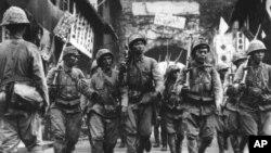Binh sĩ Nhật Bản, với súng trên vai, đi trong thành phố cảng Ninh Ba trong vùng đông nam Trung Quốc, ngày 14 tháng 5 năm 1941