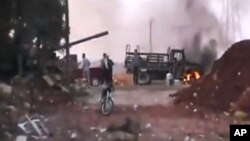 Ảnh trích từ một video nghiệp dư thu hình khu Anadan cách thành phố Aleppo 16 kilomet, 30/7/12
