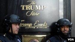 Guardias custodian uno de los almacenes de la familia Trump en la Torre Trump en Nueva York.