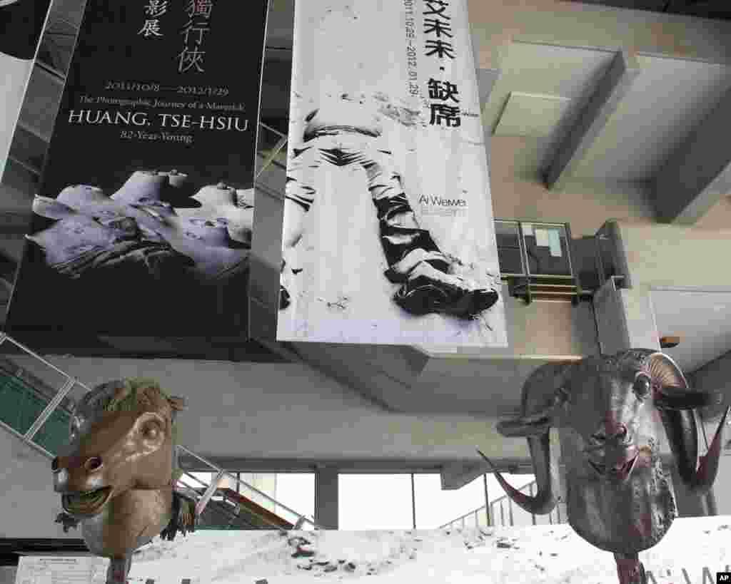 """大厅悬挂的巨幅海报上写着""""艾未未•缺席"""",人像的头也缺席了,这象征着什么?"""
