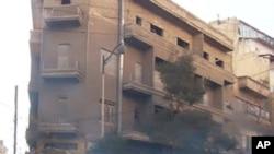 최루탄을 경찰에게 다시 던지는 시리아인