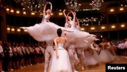 Para penari kelompok balet Wiener Staatsballet dalam latihan sehari sebelum pertunjukan Opera Ball di Wina, Austria (22/2). Penduduk Wina menikmati kenyamanan dari budaya kafe dan sejumlah museum, teater dan opera di kota itu. (Reuters/Leonhard Foeger)